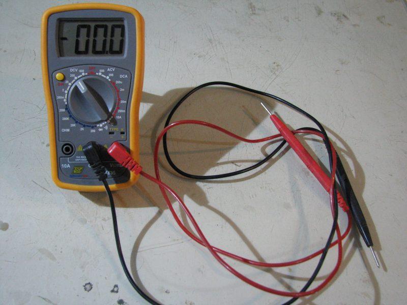 Hoe meet ek groot elektriese strome op 'n sonkragstelsel?