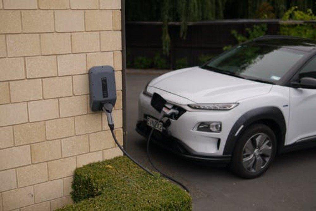 'n Vergelyking tussen 'n petrol- en 'n elektriese voertuig